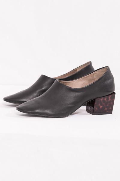 Front Row Shop Black Slip-on Leather Kitten Heels