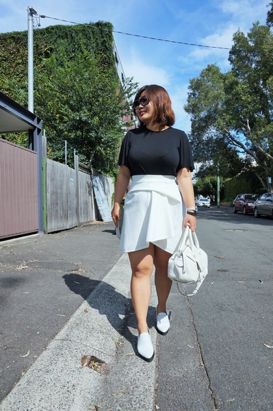 tellmeyblog - black & white details - by johnny mini tuck skirt + marcus b slip-ons + marc by marc jacobs bag (4)