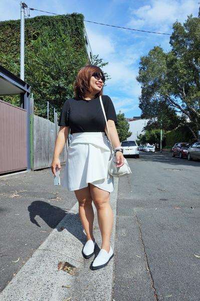 tellmeyblog - black & white details - by johnny mini tuck skirt + marcus b slip-ons + marc by marc jacobs bag (6)