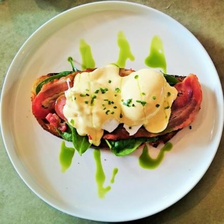 tellmeyblog - the rabbit hole organic tea bar - Breakfast toast adventure with black tea chutney, spinach, bacon, poached eggs and hollandaise sauce (2)